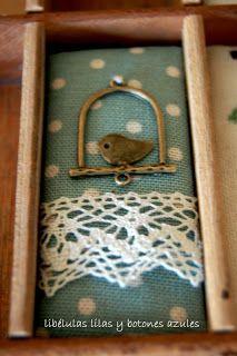 libélulas lilas y botones azules: cajón de imprenta.6
