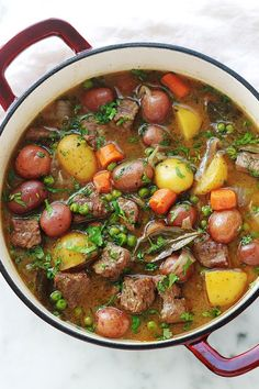 Ragoût de boeuf aux légumes – pomme de terre, carotte, petits pois Simple beef stew recipe with a lot of taste. The meat is very tender because it has been cooked in a baking dish over low heat for a long time. A complete, healthy and soothing dish. Meat Recipes, Healthy Dinner Recipes, Crockpot Recipes, Cooking Recipes, Easy Beef Stew, Legumes Recipe, Vegetable Stew, Batch Cooking, Casserole Dishes