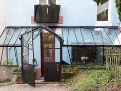 Il manquait à cette maison des années 30 un sas d'entrée, à la fois pratique et esthétique. Guillaume Durost a conçu cette verrière déstructurée, aux facettes taillées comme un diamant, ainsi qu'un balcon assorti. Découverte du travail de cet artisan vitrailliste.