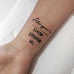Tatuadora faz alertas no corpo para casos de emergências