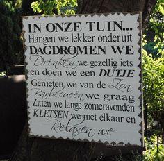 Tekstbord in onze tuin, zwart wit bord voor in de tuin, houten bord voor in de tuin