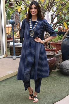 Simple Pakistani Dresses, Indian Dresses, Indian Outfits, Indian Attire, Indian Wear, Chicken Suit, Dress Over Pants, Classy Suits, Indian Designer Suits