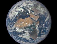 O continente africano está no centro desta imagem tirada pela câmera do satélite DSCOVR (Observatório Espacial do Clima Profundo, sigla em inglês e tradução livre), da Nasa (Administração Nacional de Aeronáutica e Espaço) nesta quarta-feira (29). A foto foi feita no dia 9 de julho de um ponto bastante vantajoso da Terra, a uma distancia de 1,6 milhão de quilômetros do nosso planeta