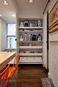 In de keuken wil je graag veel spullen opbergen. Servies, pannen apparatuur. Gelukkig zijn hiervoor verschillende soorten keukenkasten