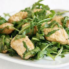 I bocconcini di pollo alla rucola sono un secondo piatto molto gustoso ma davvero facile da preparare, leggero e senza grassi.
