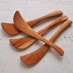 持った時のフィット感が抜群。炒め物などをすると、その使いやすさにビックリします。絶妙なカーブで食材をすくいやすく、先端の細くなった部分は箸のように食材を裁くこともできます。カンナで削って作られているので細かい傷が入りにくく、洗った後の水キレが良く清潔に使えます。木のヘラ素材/原料:天然木(桜)サイズ:長さ約30cm×幅最大値5.5cm原産国:日本製(長野県)ハンドメイド製品のため個体差がございます。予めご了承ください。