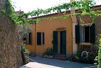 #Castiglione della #Pescaia er en af #Toscanas mest eftertragtede og eksklusive badebyer, hvis man spørger en italiener. Oppe i befæstningen finder man i sommersæsonen et utal af pulserende restauranter, barer og caféer, men også den lave by omkring havnen er fuld af liv. Her er virkelig alt, hvad man kan ønske sig af en god ferie ved vandet! Foruden barer, restauranter, diskoteker og fester på stranden er her supermarkeder og butikker.