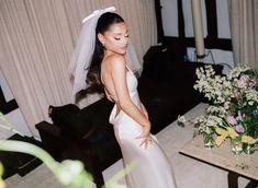 Ariana Grande Fotos, Ariana Grande Cute, Ariana Grande Photoshoot, Ariana Grande Pictures, Vera Wang, Wedding Pics, Wedding Dresses, Formal Dresses, Wedding Ceremony