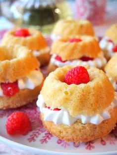 Ihanat maustekakut minikoossa! Ohje näihin ja moneen muuhun herkulliseen mutta helppoon leivonnaiseen blogissa! #minikakku #maustekakku Cheesecake, Mini, Desserts, Food, Strawberries, Bakken, Recipes, Tailgate Desserts, Deserts