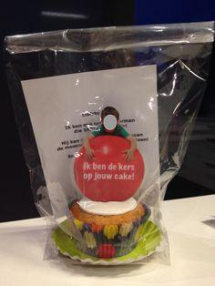 Cakejes bakken met de kleuters, foto op een grote rode springbal en gelamineerd in het cakeje steken. Cake boven aan door de kls van topping laten voorzien.