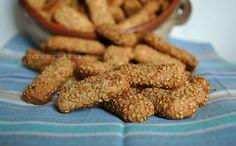 I biscotti reginella sono un classico della piccola pasticceria palermitana, ricoperti di sesamo conquistano al primo assaggio!
