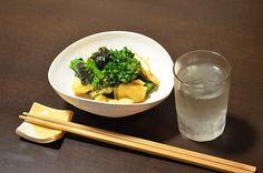 【おあげとブロッコリーのピリ辛和え】八百屋さんでみつけた「スティックブロッコリー」というお野菜。茎の部分が長くてアスパラのような味がします。おあげさんと一緒にちょっと辛めに。商店街の歳末の抽選(ガラガラ)で当たった韓国海苔をぱらりと。今日のお酒は、富山・富美菊酒造の「羽根屋・純米吟醸・煌火」の生原酒です。