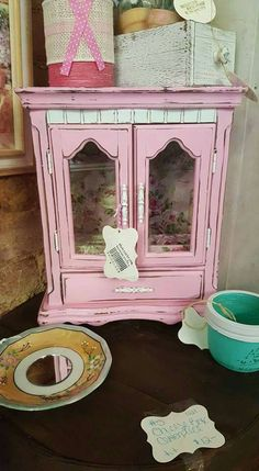 This is super cute!! Must have vintage jewelry box!!!!