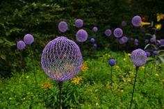 gartendeko selbermachen lila sprayfarbe masche kugeln zierzwiebel optik
