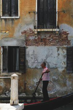 #venice #window #photography #streetphotography #gondola #wenecja #foto #travel #canon