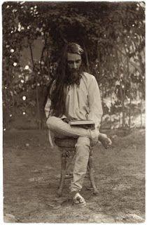le photographe indien sikh Umrao Singh Sher-gil, les cheveux encore noirs...il est le père de l'artsite peintre Amrita Sher-Gil et le grand-père de l'artsite contemporain Vivan Sundaram.