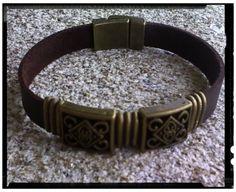 Pulsera en cuero plano con decoración flores celtas cuadradas en bronce y cierre imán