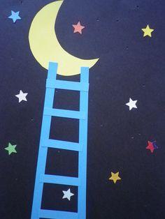 """Voorlezen: """"Papa, pak je de maan voor mij?"""" van Eric Carle. Je kunt ook gaatjes in het vel laten prikken, tegen het licht geeft dat ook een mooie sterrenhemel."""