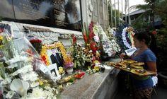 Mengenang 13 Tahun Tragedi Bom Bali : Belasan wisatawan mancanegara melakukan doa dan tabur bunga di depan altar monumen tragedi kemanusiaan (Ground Zero) di Legian Kuta Kabupaten Badung