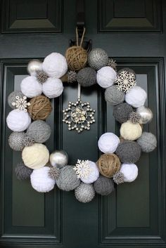 Styrofoam balls and yarn wreath Cute idea for a Christmas/winter wreath! Diy Wreath, Ornament Wreath, Wreath Ideas, Snowflake Wreath, Twine Wreath, Wreath Crafts, Snowman Wreath, Bauble Wreath, Chevron Wreath