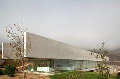 Nas Casas del Horizonte, projetadas por Cristián Undurraga na costa chilena, as vigas de concreto aparente dão identidade e ajudam a reforçar a horizontalidade da construção
