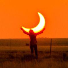 Holding the orange moon, aesthetic orange sky picture Orange Aesthetic, Rainbow Aesthetic, Aesthetic Colors, Aesthetic Photo, Aesthetic Pictures, Sun Aesthetic, Orange You Glad, Orange Walls, Mellow Yellow