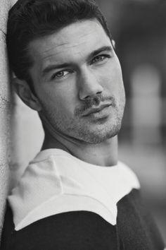 Ryan Paevey est né en septembre 1984 et est un acteur et un mannequin Américain. Il est surtout connu pour son rôle de Nathan West dans la série General Hospital.