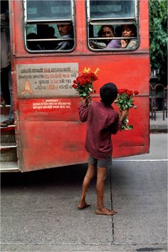 Delighted, charmed and horrified: Steve McCurry's vibrant photos of India (and Indians) We Are The World, People Of The World, Steve Mccurry Photos, Vivre A New York, Cultures Du Monde, Les Philippines, World Press Photo, Photographie Indie, Afghan Girl