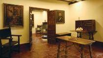 Museo Casa de Cervantes. Comedor. Sala presidida por una mesa comedor, cuatro sillas de brazos y un magnífico aparador del siglo XVII.