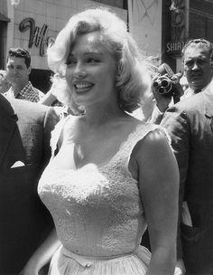 Marilyn Monroe, nome d'arte di Norma Jeane Mortenson (Los Angeles, 1º giugno 1926 – Brentwood, 5 agosto 1962), è stata un'attrice, cantante, modella e produttrice cinematografica statunitense. Dopo aver trascorso gran parte della sua infanzia in case-famiglia, la Monroe cominciò a lavorare come modella, prima di firmare il suo primo contratto cinematografico nel 1946; dopo alcune parti minori, film come Giungla d'asfalto e Eva contro Eva furono i suoi primi successi di pubblico. Negli anni…