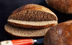 Sturenkadun perinteinen piimälimppu 4-6 limppua Lämmitä piimä kädenlämpöiseksi. Lisää kalja, siirappi, suola ja murenna joukkoon hiivaa. Lisää ruis- ja hiivaleipäjauhoja ja mausteeksi hienonnettua anista, kuminaa, fenkolia ja pomeranssinkuorta. Anna taikinan kohota liinan alla. Leivo taikinasta 4-6 pyöreää leipää. Kohota leivinpaperilla liinan alla. Paista uunin keskiosassa 200 asteessa ensin 20 minuuttia ja sitten 170-175 asteessa noin …