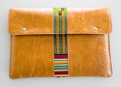 www.cewax.fr aime pochette en cuir camel de style ethnique avec détail de tissu kente tissé africain wax par Kushn