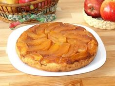 Apple cake, fruit cake, sponge cake, caramel, recipes for begginers Soft and flaky sponge cake and apples soaked in caramel sauce… This caramel-apple upside down cake is absolutely delicious. Brunch Recipes, Dessert Recipes, Homemade Snickers, Easy No Bake Desserts, Caramel Recipes, Stick Of Butter, Tray Bakes, Caramel Apples, Food Videos