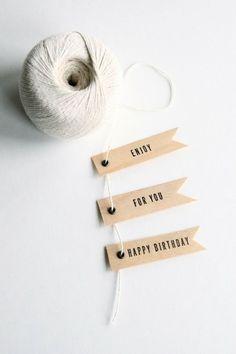 Maak een persoonlijke label en knoop deze aan het cadeau vast.
