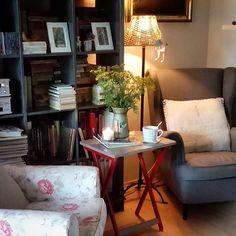 ..... waiting for the sun 🌞....czekając na słońce zapalam lampy, świeczki i bukiet wrotyczu na rozjasnienie mroku postawiłem w pokoju... jest lepiej 😊... miłego popołudnia 🌿 #interior #livingroom #cozy #homedesign #homedecor#tealover#books #libraryhome #homestyle#homesweethome #counrtystyle #woodfloor #armchairs #herbals#roomdecor #bouquet#cottagestyle #lamp #vintagechic #pada #przytulnie #salonik #fotele #wrotycz #herbatka #wnętrze#szary #deski#biblioteczka