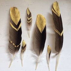 DIY Project and Decoration Ideas to Do with Kids – mybabydoo – feather crafts Feather Painting, Feather Art, Bird Feathers, Painted Feathers, Black Feathers, Feather Garland, Feather Crafts, Arts And Crafts, Diy Crafts