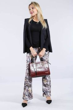 LOOK OFFICE CHIC <3 Pensando numa produção para começar bem a semana!? Aposte na combinação de blazer capa e calça flare estampada para arrasar no escritório!   COMPRE ESSE PRODUTO NESSA LOJA: http://ift.tt/2aCuJSa