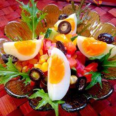 オリーブオイルベースのさっぱりとした味わいが特徴、茹で卵とオリーブは必須らしい チュニジア人の卵好きは、ちょっと異常とも思えるほどだとかw好きだから気にしなかったけど、確かに他のレシピでも卵使うのが多かったな( ›◡ु‹ ) - 105件のもぐもぐ - Salade Tunisienneチュニジア風サラダ by Ami