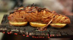 スライスレモンを下に敷けば焼き魚がくっつくのを防げる