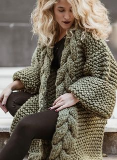 What can women wear with a cardigan? New 2019 - Page 4 of 45 - hairstylesofwomens. Chunky Knit Cardigan, Oversized Cardigan, Chunky Knits, Long Sweaters, Sweaters For Women, Tricot Simple, The Cardigans, Knitted Coat, Knit Fashion