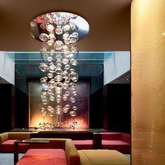 Leucos Ether lampada a sospensione con sfere di vetro che regalano effetti luminosi davvero unici.