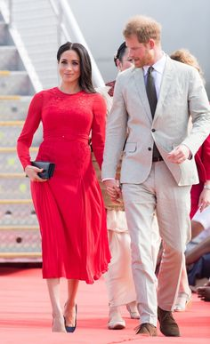 - Photo 4 - Meghan Markle is expecting her first child with husband Prince Harry, and we are expecting her style to go to another level. Here is a look at the Duchess' maternity style during the royal tour. Estilo Meghan Markle, Meghan Markle Stil, Beauty And Fashion, Royal Fashion, Fashion Looks, Manolo Blahnik, The Duchess, Prince Harry And Megan, Harry And Meghan