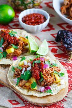Les tacos al pastor au Mexique Impossible de passer par Mexico City sans goûter aux tacos al pastor ! Le principe : des petites tortillas (galettes de blé) garnies de porc mariné et rôti à la broche comme un shawarma, coriandre, jus de citron vert, et une bonne dose de salsa ultra-piquante. Les tacos al pastor sont souvent agrémentés de petits bouts d'ananas pour adoucir le tout. Voirl'épingle sur Pinterest/ Via Closet Cooking