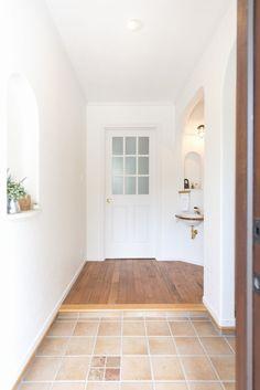 明るい玄関ホール/ブルースホーム小倉 Natural Interior, House Entrance, Diy Kitchen, My House, Tile Floor, Sweet Home, House Design, Interior Design, Room