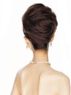 トップに高さを出して華やかな印象に!バッグの毛の流れも抜かりなく美しいです。まさに正統派のブライズへアですね♪