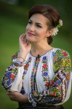 The details of this shirt. Folk Fashion, Ethnic Fashion, Polish Embroidery, Romanian Girls, Ethno Style, European Girls, Folk Costume, Simple Dresses, Traditional Dresses