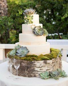 gâteau de mariage thématique en blanc, décoré de succulentes et mousse