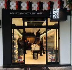 """Η ελληνική αλυσίδα καταστημάτων καλλυντικών Dust + Cream """"beauty products and more"""" κλείνει τη χρονιά με ένα νέο κατάστημα στις Σέρρες. Έχοντας καταφέρει από το 2012 να δημιουργήσει συνολικά 26 σημεία πώλησης πανελλαδικά, συνεχίζει την ανοδική της πορεία διερευνώντας την αγορά και αναζητώντας διαρκώς νέα σημεία ανάπτυξης."""