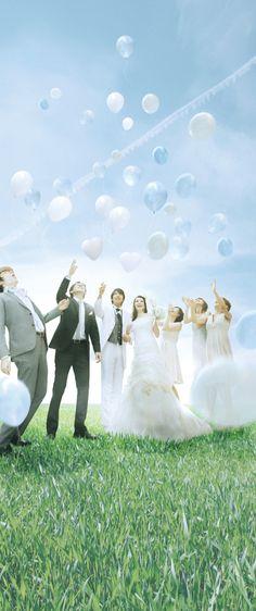 アキエンタープライズ|ウェディング演出プロデュースでお二人の結婚式のお手伝い / 大空へ放つ、カラフルな感動 バルーンデザインも豊富に  挙式セレモニー後、フラワーシャワーとともにまたはデザートブッフェのイベントに、ゲストと一緒に大空へ向かってバルーンをリリースする、オープンエア演出です。アルファベットを象ったアルファベットバルーンや、光沢感のあるアルミ素材のバルーン、大空へ羽ばたくイメージのハト型など、豊富に揃ったデザインとカラーは30色からセレクトできます。テーマに合わせたバルーンで、ふたりらしい演出が叶います