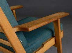Hans J. Wegner 1914 - 2007. Lænestol med stel af massiv egetræ,originale løse hynder betrukket med uld. Formgivet 1959. Fremstillet hos Getama, model GE-290. Købt i 1965. Lette brugsspor på betræk. Se også varenummer 3578031.